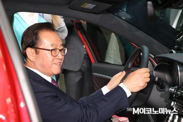 국회의원회관 로비에 전시된 튜닝차량에 직접 탑승해 보는 이종배 의원(자유한국당, 충북 충주)