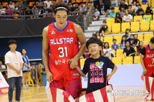탤런트 박재민이 심장병환우회 어린이와 함께 이벤트를 하고 있다.
