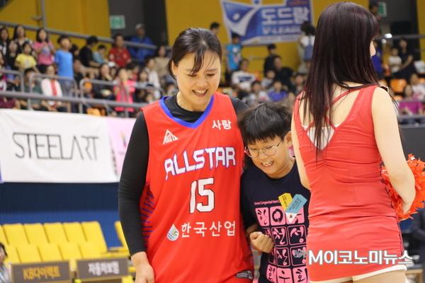 정은순 전 여자프로농구 선수가 심장병환우회 어린이와 이벤트 경기를 하고 있다.